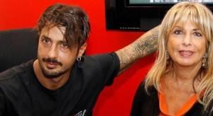 Fabrizio Corona non sopravvive se non vede Carlos, parla la madre Gabriella