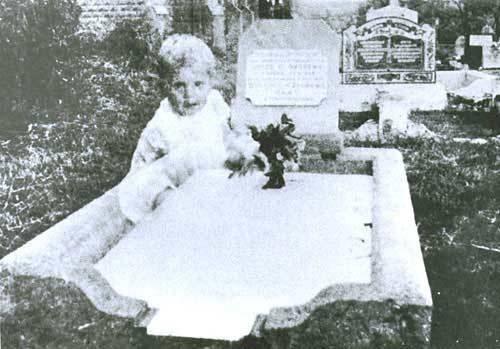 fantasmi - bimba sulla tomba