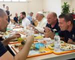 Papa: pranza con dipendenti vaticani nella mensa