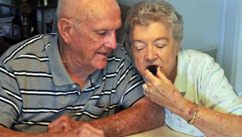 ... mangiano ogni anno una fetta della loro torta nuziale - SoloGossip.it
