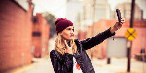 selfie-girl-with-smartphone-hd-pictures-hdwallwide-com