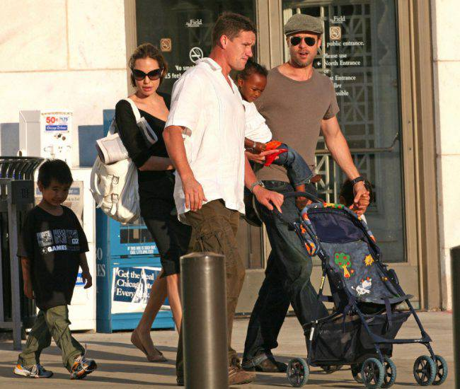BRAD AND ANGELINA WITH KIDS IN CHICAGO