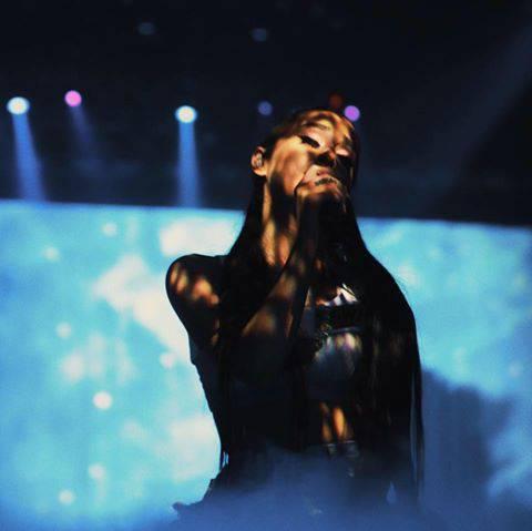 Ariana Grande interrompe il tour