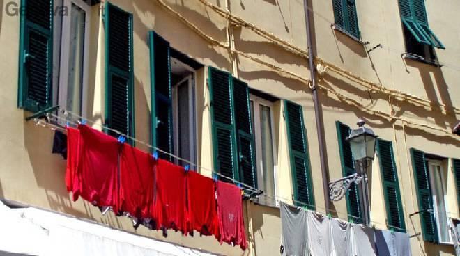 Roma fino a 300 euro di multa per chi stende i panni - Stendibiancheria da finestra ...
