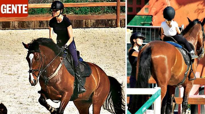 """La moglie e la figlia di Fabrizio Frizzi a cavallo: """"La vita continua"""""""