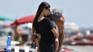 Gigi Buffon al mare: tra le coccole di Ilaria D'Amico e dei figli