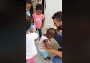 migranti-poliziotto-mago-bambini-pozzallo2