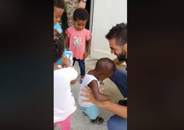 migranti-poliziotto-mago-bambini-pozzallo