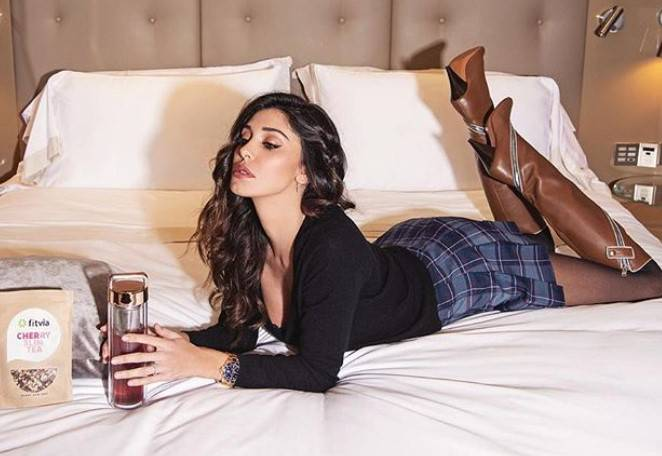 Belen rodriguez a letto alza le gambe e tutti guardano la stessa cosa - Gambe del letto ...
