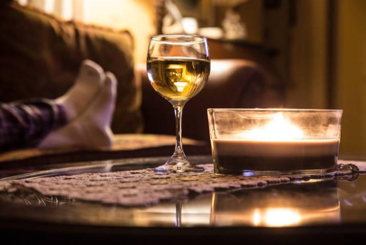 Divano e calice di vino Kalsarikannit