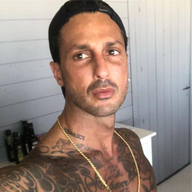 Fabrizio Corona aggredito nel boschetto della droga di Rogoredo a Milano