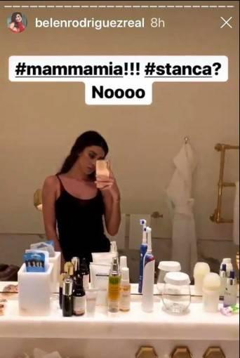 Belen Rodriguez allo specchio