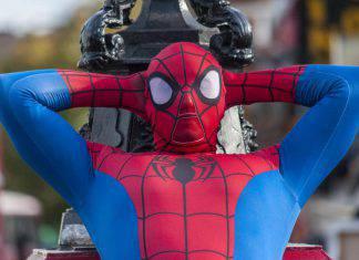 impiegato-travestito-spiderman