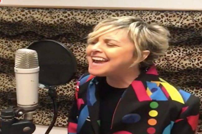 Nadia Toffa canta una canzone inno alla vita: