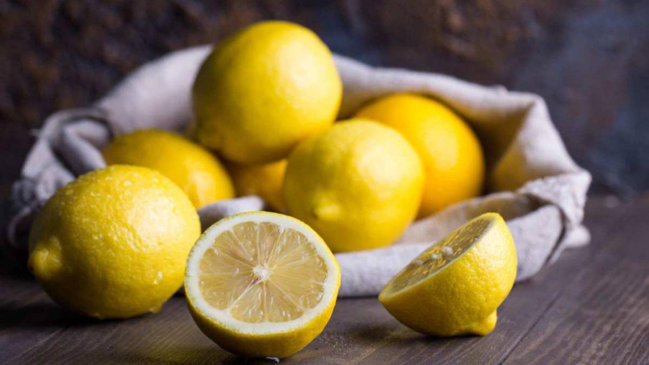 Come Pulire Il Piano Cottura pulire il piano cottura solo con un limone per un risultato