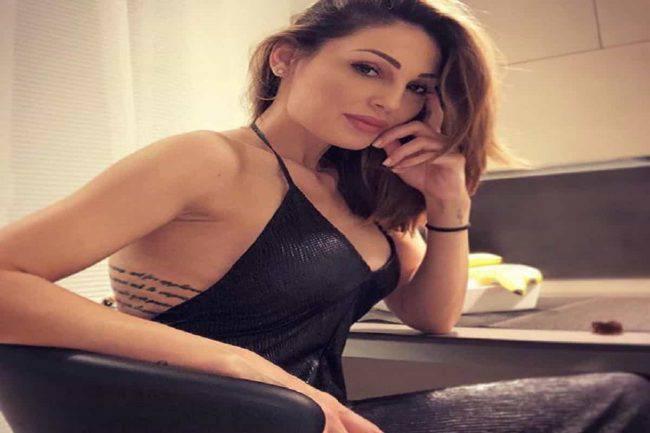 Anna Tatangelo, chiodo in pelle strettissimo: la scollatura è da capogiro