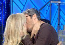Mara Venier bacia sulle labbra un uomo a Domenica In: non è suo marito