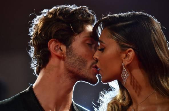 Belen e Stefano bacio