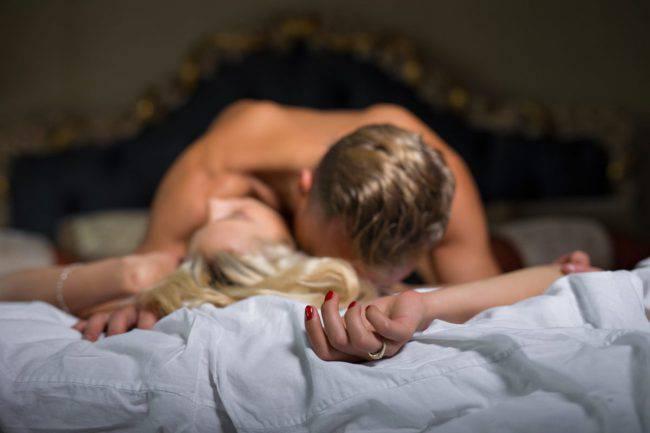 Posizioni sesso: come farle raggiungere l'orgasmo, non solo a letto