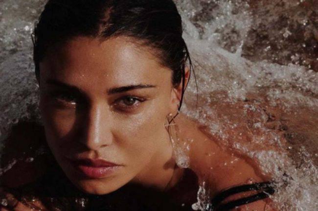 Belen Rodriguez abbassa gli slip