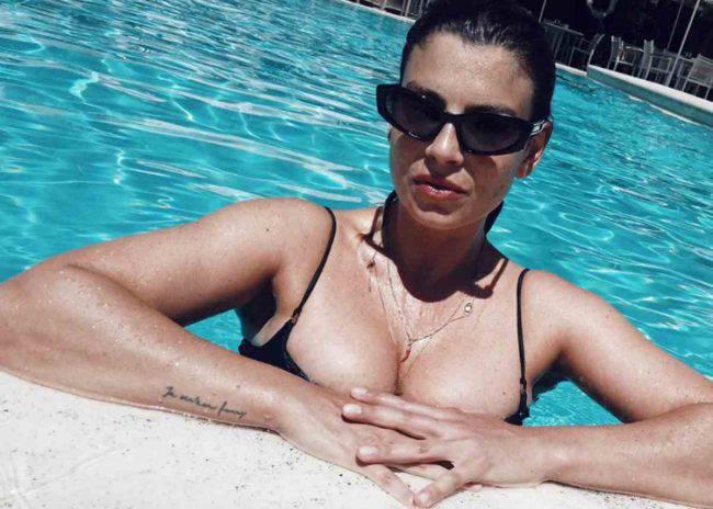 Emma Marrone, in posa al sole mostra tutta la sua bellezza