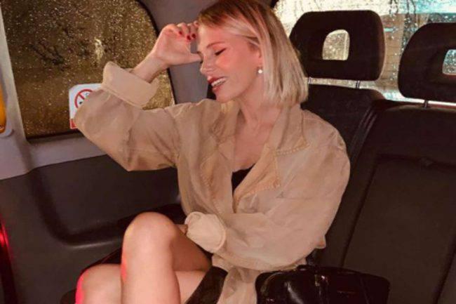 Alessia Marcuzzi seduta