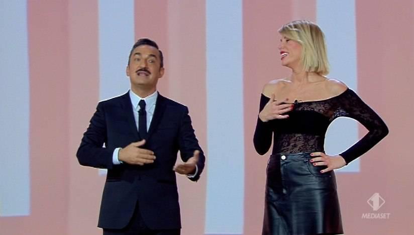 Alessia Marcuzzi a Le Iene Show, la maglia è super trasparente: sotto spunta un dettaglio 'piccante' (instagram)