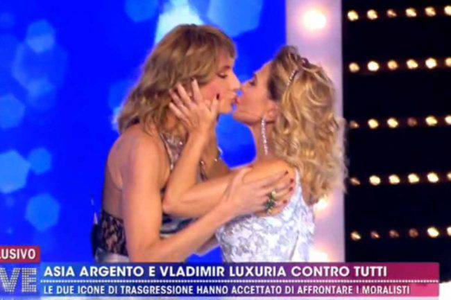 Barbara D'urso bacio saffico Live