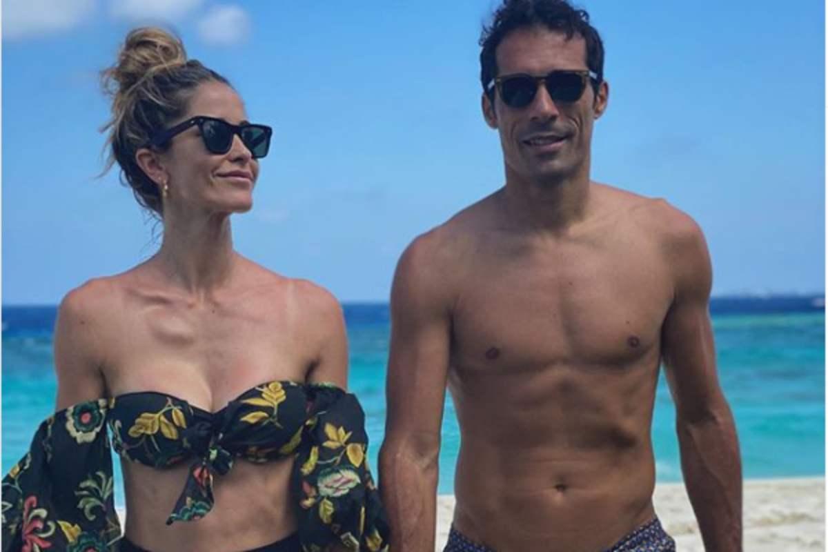 Elena Santarelli, in vacanze alle Maldive col marito Bernardo e i figli: i commenti dei follower sul fisico e un dettaglio che incuriosisce
