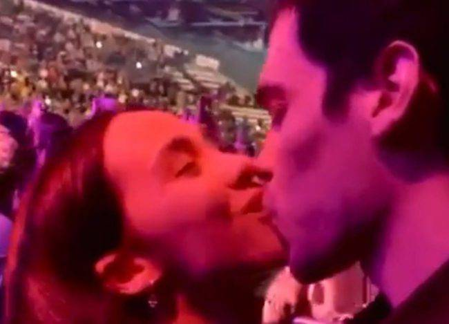 Aurora Ramazzotti bacio