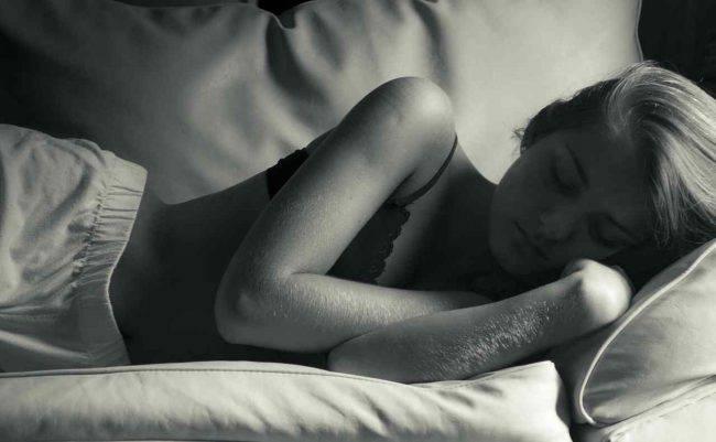 benefici-dormire-nudi (2)