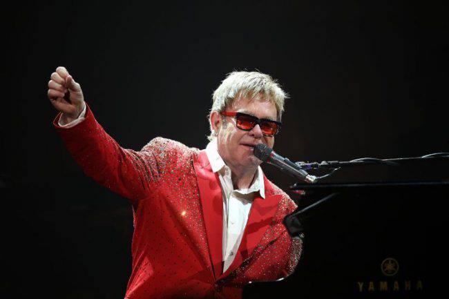 Elton John si accascia sul pianoforte e interrompe un concerto: