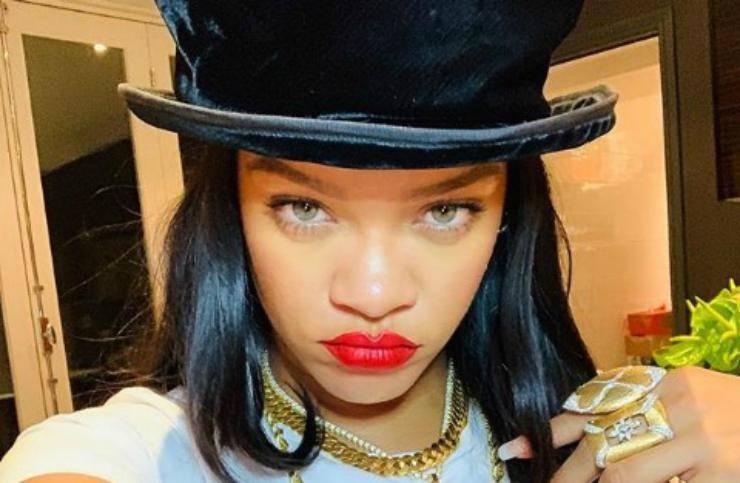 Rihanna ha subito un brutto incidente mentre era a bordo di uno scooter: nelle immagini il volto tumefatto della cantante.