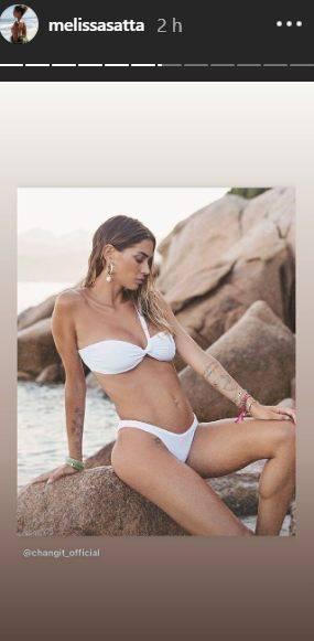 Melissa Satta in riva al mare con uno splendido costume bianco: spunta il tatuaggio proprio lì
