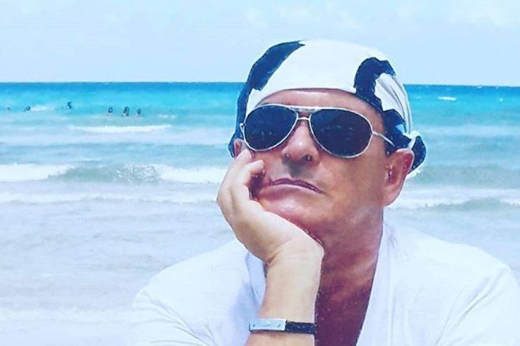 Cristiano Malgioglio perde il costume al mare: l'incidente mentre fa il bagno