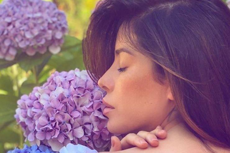 Aida Yespica, incantevole tra i fiori: lo spacco del vestito è vertiginoso