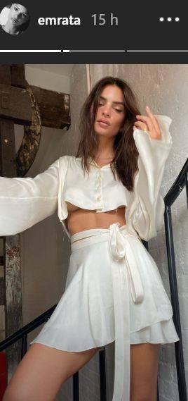 Emily Ratajkowski, la maglia è troppo corta e si vede tutto: niente 'intimo'