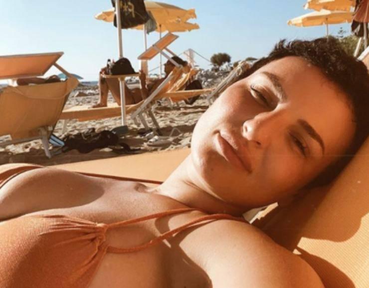 Arisa in bikini su Instagram mostra il suo fisico imperfetto