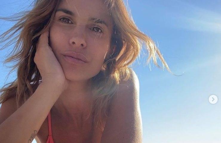 Elisabetta Canalis, sotto la maglia bianca 'niente'