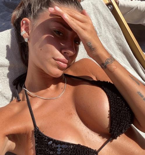 Angela Nasti esplosiva in spiaggia, la foto che ha fatto impazzire i fan