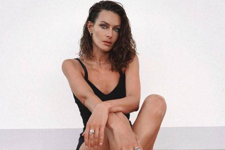 Paola Turani, il costume 'troppo piccolo' scatena le polemiche: polverone Instagram