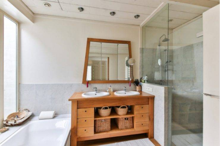 Box doccia, come rimuovere macchie di calcare: il metodo che vi lascerà a bocca aperta