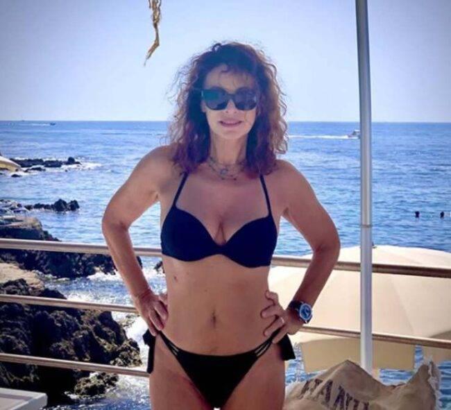 Elena Sofia Ricci, si mostra in costume a 58 anni, mandando in delirio i fan: fisico da far invidia a chiunque
