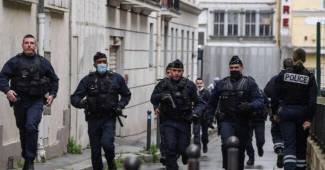 Attentato davanti alla sede di Charlie Hebdo: due feriti gravi