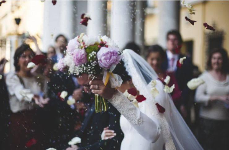 La nota produttrice convola a nozze: abito romantico, momento emozionante