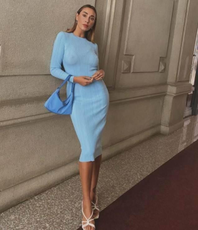 Sonia Lorenzini, vestito super aderente e niente intimo sotto: instangram diventa bollente