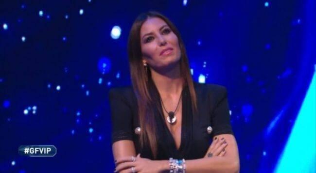 GF Vip, Elisabetta Gregoraci, quel gesto non passa inosservato: è rivolto a qualcuno fuori che l'aspetta?