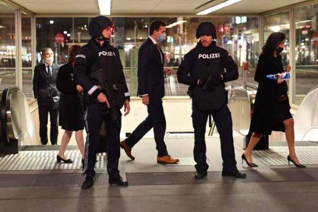 Vienna, vile attentato: immagini agghiaccianti degli assalitori