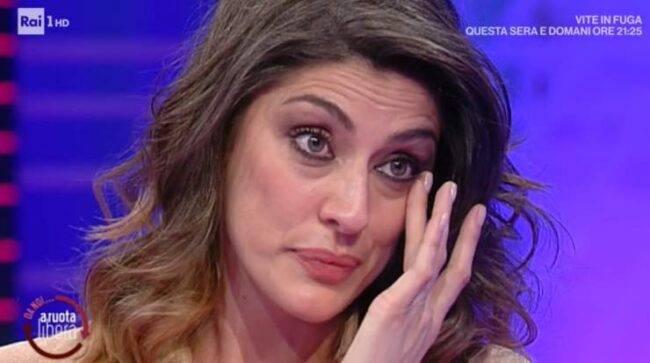 Elisa Isoardi con gli occhi lucidi