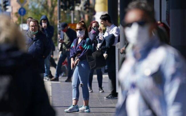 Covid, nuova ordinanza del sindaco: divieto di abbassare la mascherina per fumare